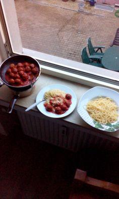 Dresdner Hackbaelchen mit Nudeln und Tomatensosse