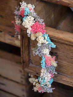 Corona de flores secas y preservadas