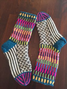 Great pattern and design. Idea for colors. Sweater Knitting Patterns, Knitting Socks, Hand Knitting, Knit Socks, Woolen Socks, Knit Stockings, Crazy Socks, Colorful Socks, Happy Socks
