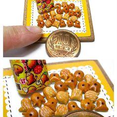 ミニチュア 明治プッカ 樹脂粘土で制作 お菓子の作り方は #ブティック社 様から発行の「樹脂粘土で作るあの有名お菓子のレシピ」に掲載してあります 箱の作り方は載せていませんので、本物の箱をスキャンし、縮小してプリントアウトしたものを組み立てて下さい . ⚠️販売希望のお問い合わせが多数ありましたが、当方お菓子メーカー様のミニチュアの販売はしておりません. . #ミニチュア #ミニチュアフード  #ドールハウス  #明治 #明治製菓 #お菓子 #おやつ #プッカ #チョコ #チョコレート #チョコレート菓子 #樹脂粘土 #フェイクフード #フェイクスイーツ #食品サンプル #miniature #miniaturefood #meiji #foodsamples #chocolate  #pucca #japanesesnack #polymerclay #chocolate #chocolatesnacks