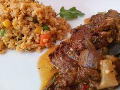 Trigo con vegetales y carne vegetariana guisada con tomate y berenjena.