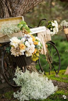 lovely way to display the welcome sign for an outdoor wedding ♥
