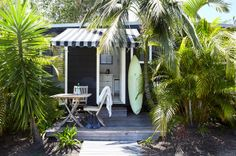 Perfect strandhuis in Byron Bay - surf shack Surf Shack, Beach Shack, Beach Cottage Style, Beach Cottage Decor, Coastal Style, Tropical Style, The Atlantic Byron Bay, Outdoor Spaces, Outdoor Living