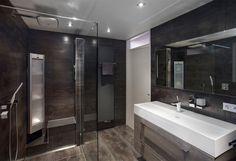 Deze badkamer staat geheel in het teken van ontspanning en rust, gehuld in een warm en modern jasje. Tropische douche De badkamer is voorzien van een Hansgrohe Raindance regendouche. Dankzij...