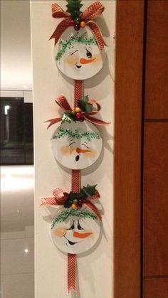 picture only of snowman trio Snowman Christmas Decorations, Snowman Crafts, Christmas Snowman, Rustic Christmas, Simple Christmas, Christmas Wreaths, Gingerbread Ornaments, Cd Crafts, Snowman Faces