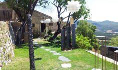 Die interessantesten Begegnungen sind immer die zufälligen!  Wir sind wieder in der Provence – auch um Olivenöl und andere feine Sachen aufzutreiben. Und dann sehen wir auf einmal einen winzigen Garten voller Skulpturen. Da müssen wir hin! Und tatsächlich, eine Bildhauerin feiert hier ihr 20-jähriges Berufsjubiläum.     Mehr im Blog  #Provence #Naturkosmetik #Onlineshop #Olivenoel #Skulpturen # Magrey
