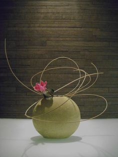 """A flower's appeal is in its contradictions: so delicate in form, yet strong in fragrance, so small in size, yet big in beauty, so short in life yet long on effect"" - TERRI GUILLEMETS - (Ikebana by Jeroen Vermaas) Ikebana Arrangements, Ikebana Flower Arrangement, Flower Vases, Floral Arrangements, Art Floral, Deco Floral, Floral Design, Flower Show, My Flower"