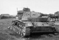 Подбитый в советской деревне немецкий танк PzKpfw.III из 2-й танковой группы Гудериана