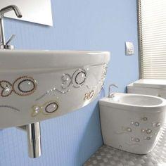 http://merveilledebijoux.wordpress.com/2013/03/20/les-salles-de-bains-swarovski/