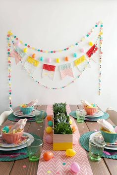 Easter is just around the corner, so if you haven't already, it's time to plan brunch (or dinner). And… day backdrop TELL: DIY EASTER BRUNCH - Tell Love and Party Diy Easter Decorations, Birthday Decorations, Diy Osterschmuck, Diy Crafts, Ostern Party, Brunch Decor, Brunch Table, Brunch Ideas, Dinner Ideas