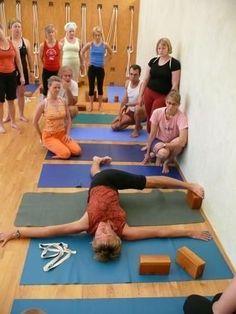 Yoga with blocks and a wall. New ideas for ompatible props into Yoga class. Iyengar Yoga, Ashtanga Yoga, Vinyasa Yoga, Yin Yoga, Namaste Yoga, Yoga Meditation, Partner Yoga, Pranayama, Wall Yoga