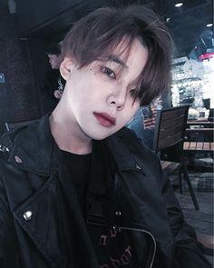Hello am (T.n) I have 20 years. I have a brother named Hyunjin. -Best friend, Alicia -best friend: Felix do not know how . Korean Boys Hot, Korean Boys Ulzzang, Ulzzang Boy, Korean Men, Cute Asian Guys, Asian Boys, Kim Jisung, Cute Boys, Bad Boys