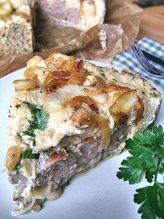 Low Carb Bratwurst-Torte mit Sauerkraut in Mürbeteig mit geschmorten Zwiebeln und einer Eier-Joghurt Soße mit frischen Kräutern wenig Kohlenhydrate