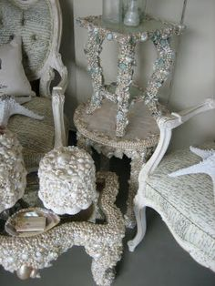 I've got to try this on my old table!! Take off the wicker on top and cover it with shells!