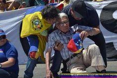 Hasta los abuelitos dando la cara, todos  unidos con Guarimbas  #LaGuarimbaLosTienenLocos pic.twitter.com/XeOtOBPSrL