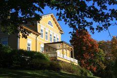 Bosgardin kartano Mansion Houses, Blonde Hair Boy, Porte Cochere, Tudor, Sunroom, Cape Cod, Pavilion, Old Houses, Villas