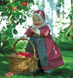 """Rekonstruert barnebunad/barnekjole fra tidlig på 1800-tallet i Orkladalføret. Kjolen er sydd i stoffet """"Eple"""" fra Durán Textiles. Barnebunaden kan kjøpes som materialpakke. Foto: Eva Brænd"""
