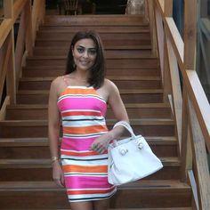 Gafe ou fashion? Juliana Paes usa vestido curto e listrado