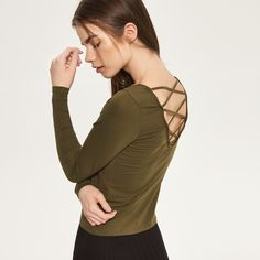 http://www.reserved.com/pl/pl/woman/all-1/clothes/blouses/qp890-97x/blouse-with-decorative-cut-out-in-back
