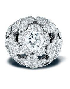 """La bague """"Champs de Camélias"""" de Chanel Joaillerie. Des fleurs serties de 275 diamants parsèment un diamant taille-rond de 3,02 carats, pour un poids total de 4,46 carats."""