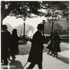 Passers-by at the roundabout of the Champs-Elysées. Paris (VIIIth arrondissement), 1937. Photograph by Roger Schall (1904-1995). Paris, musée Carnavalet.