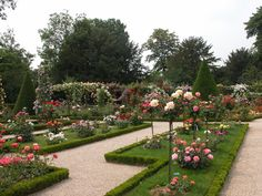 La Roseraie du Parc de Bagatelle - Paris - EN: More than 1.100 varieties of roses !  FR: Plus de 1.100 variétés de roses!  #roses #garden  #nature  Follow us on Twitter: @GreenHotelParis