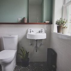 Did you know our #GreenBlue is a favourite for bathrooms? The green hue keeps the space feeling warm, while the blue acts as a fresh colour. #farrowandball # ( @jdkanuck)