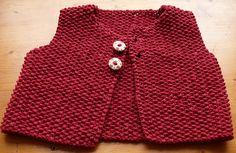 Sød lille vest, som er strikket helt i perlestrik og er nem og hurtig. Den er her i størrelse 3 måneder, men kan let gøres større, ligesom alt garn kan bruges.