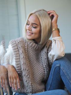 Høstens store trend er vest. Og det måtte selvfølgelig lages en Bølgevest. Dette er en kort modell, men den kan enkelt strikkes lengre etter ønske. Men da må det beregnes mer garn. Bølgevest er fin til bukser med høyt liv, og superfin over en kjole. Mode Cool, Knit Vest Pattern, Pullover, Home Outfit, Knitwear, Winter Outfits, Knit Crochet, Knitting, My Style