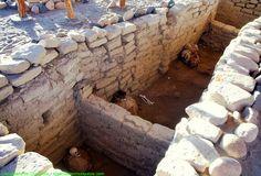 Chauchilla, cementerio prehispánico cerca a las Líneas de Nazca.  En plena llanura desértica del suroeste del Perú y a 30 kilómetros de las Líneas de Nazca, en Ica, se expande el llamado Cementerio de Chauchilla, cuyas tumbas se hallan a cielo abierto que aún se mantienen en buen estado.