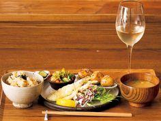 《 渋谷 》女性ひとり客のリピート率高し!  一汁三菜のヘルシー夜定食『udo』  自然創作料理  和食をベースに、様々な国の「美味しい」を取り入れた自然創作料理とお酒がいただける店。アラカルトのおつまみや名物の土鍋ごはんに加えて、肉料理か魚料理を選べる一汁三菜定食¥1,300が夜も注文できるとあって、男性のリピーターに混ざり、女性のひとり客もよく訪れる。   パクチー餃子やそばの実入りコロッケなどの気になるアラカルトもひとり分に調整可能で、食べたいものを好きなだけ頼める贅沢メシも叶う。   店主・米田さんの作る料理は、安心安全な食材選びや発酵食品をアクセントに使うなど、ヘルシーだけど食べ応えがあり、毎日でも飽きない味わいだ。スタッフはオール女性で、広めのカウンターが居心地よく、ひとりでも入りやすい条件がばっちりそろっている。
