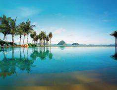 Tailandia: en la jungla Krabi es un destino idílico, y alojarte en este hotelazo solo puede mejorar las cosas. Al reservar tu suite (a partir de 382 euros) tendrás desayuno, transporte en barco a Hong Island, bebidas y wifi.