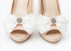 Klipsy do butów Glowing Bride - Ecru  Dostępne w internetowym sklepie ślubnym Madame Allure. #klipsydobutow #wesele #slub #pannamloda