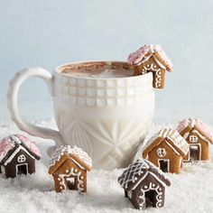 You Need to Be Adding Mini Gingerbread Houses to Your Hot Ch .- You Need to Be Adding Mini Gingerbread Houses to Your Hot Chocolate Sweet gingerbread houses as an edible table decoration - Christmas Gingerbread House, Noel Christmas, Christmas Goodies, Christmas Desserts, Holiday Treats, Christmas Treats, Holiday Recipes, Christmas Decorations, Xmas