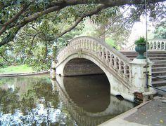 Foto da ponte do Rosedal, que fica em Palermo. O nome remete aos varios estilos de rosas que há no parque. É um lugar muito bonito e tranquilo para fazer um picnic, passar a tarde e até mesmo se juntar aos muitos argentinos que aproveitam o fim de semana para praticar esportes. O parque fica aberto até as 18h.