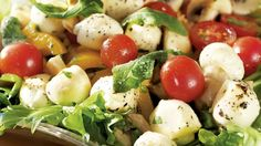 Marinoitu mozzarellasalaatti