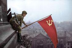 La icónica foto de un soldado ondeando la bandera soviética en el Reichstag de Berlín, 1945.