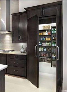 Avoir une pièce secrète à la maison est pratique pour ranger ses objets de valeur et s'isoler. Voici 25 idées d'accès à des pièces secrètes.