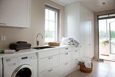 Esimesel korrusel paiknevast majapidamisruumist pääseb samuti väiksele terassile. Siinsed kapid järgivad köögimööbliga sama värvitooni ja vormikeelt.