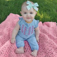 Ultra cute baby girl sleeveless denim romper with embroidery! * Sleevleess romper* O-neck collar * Material: Cotton * Machine wash, tumble dry Hipster Baby Girls, Cute Baby Girl, Girls Winter Fashion, Baby Girl Fashion, Kids Fashion, Baby Girl Winter, Summer Baby, Kids Girls, Baby Kids