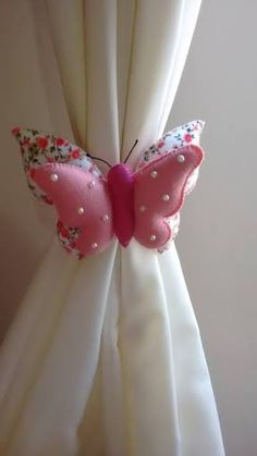 Resultado de imagem para mariposas de fieltro para cortinas Hobbies And Crafts, Diy And Crafts, Arts And Crafts, Felt Finger Puppets, Curtain Ties, Felt Patterns, Sewing Dolls, Nursery Room Decor, Felt Crafts