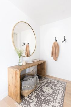 Give your guests the first impression about your home design and decor with entry table. Get inspired by these stunning entry table décor ideas. Boho Chic Entryway, Entryway Decor, Entryway Ideas, Hallway Ideas, Modern Entryway, Apartment Entryway, Modern Decor, Modern Entry Table, Modern Boho