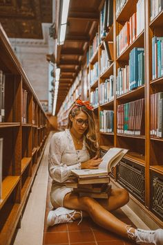 49 Ideas vintage books photography pictures girls for 2019 Photoshoot Themes, Photoshoot Inspiration, Library Photo Shoot, Graduation Photoshoot, Best Photo Poses, Estilo Retro, Foto Pose, Vintage Travel Posters, Book Photography