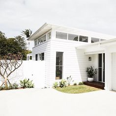 🌟Tante S!fr@ loves this📌🌟Villa B dbbuilding project complete, a big thanks to the DBBuilding team Weatherboard House, Queenslander, Coastal Homes, Coastal Interior, Retro Home Decor, Facade House, House Goals, House Colors, My Dream Home