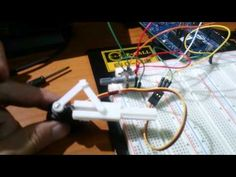 Servo和連桿,使用可變電阻進行控制 - YouTube