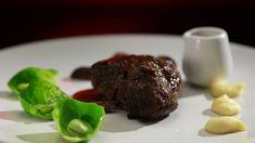 Cette recette de joue de bœuf au vin rouge avec polenta au fromage et salade de…