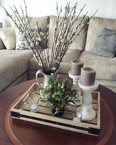 Coffee table decor Coffee Table Centerpieces, Decorating Coffee Tables, Dining Room Centerpiece, Centrepieces, Dining Table, Home Living Room, Living Room Decor, Decor Room, Coffee Table Decor Living Room