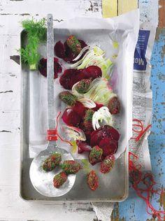Für dieses Rezept muss das Hackfleisch wirklich ganz frisch sein: Es wird nicht gebraten. Auch Fenchel und Rote Bete bleiben roh. Dazu gibt's geröstete Brotscheiben. Foto: Thomas Neckermann
