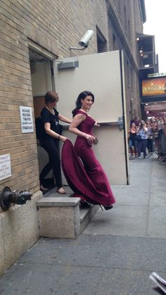 Idina Menzel after If/Then on the way to Tony Awards- Yeah, one would definitely need help getting down that step in those shoes and gown. Theatre Geek, Theatre Quotes, Broadway Theatre, Musical Theatre, Musicals Broadway, Broadway Shows, Neil Patrick, Wicked Musical, The Rocky Horror Picture Show