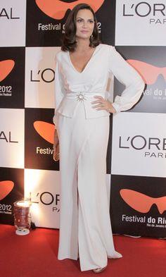 Luiza Brunet sempre linda e elegante com look monocromático
